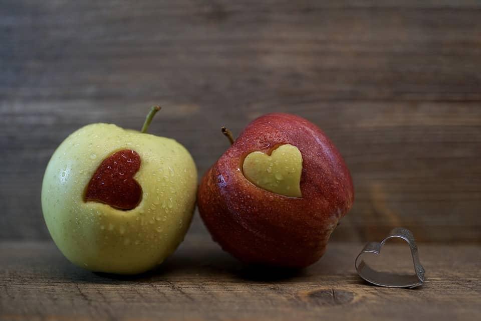 2 fructe  taiate in forma de inima
