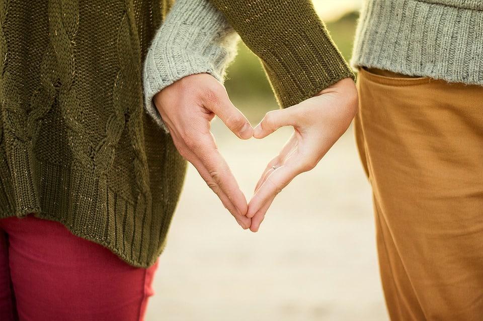 2 iubiti care se tin de mana