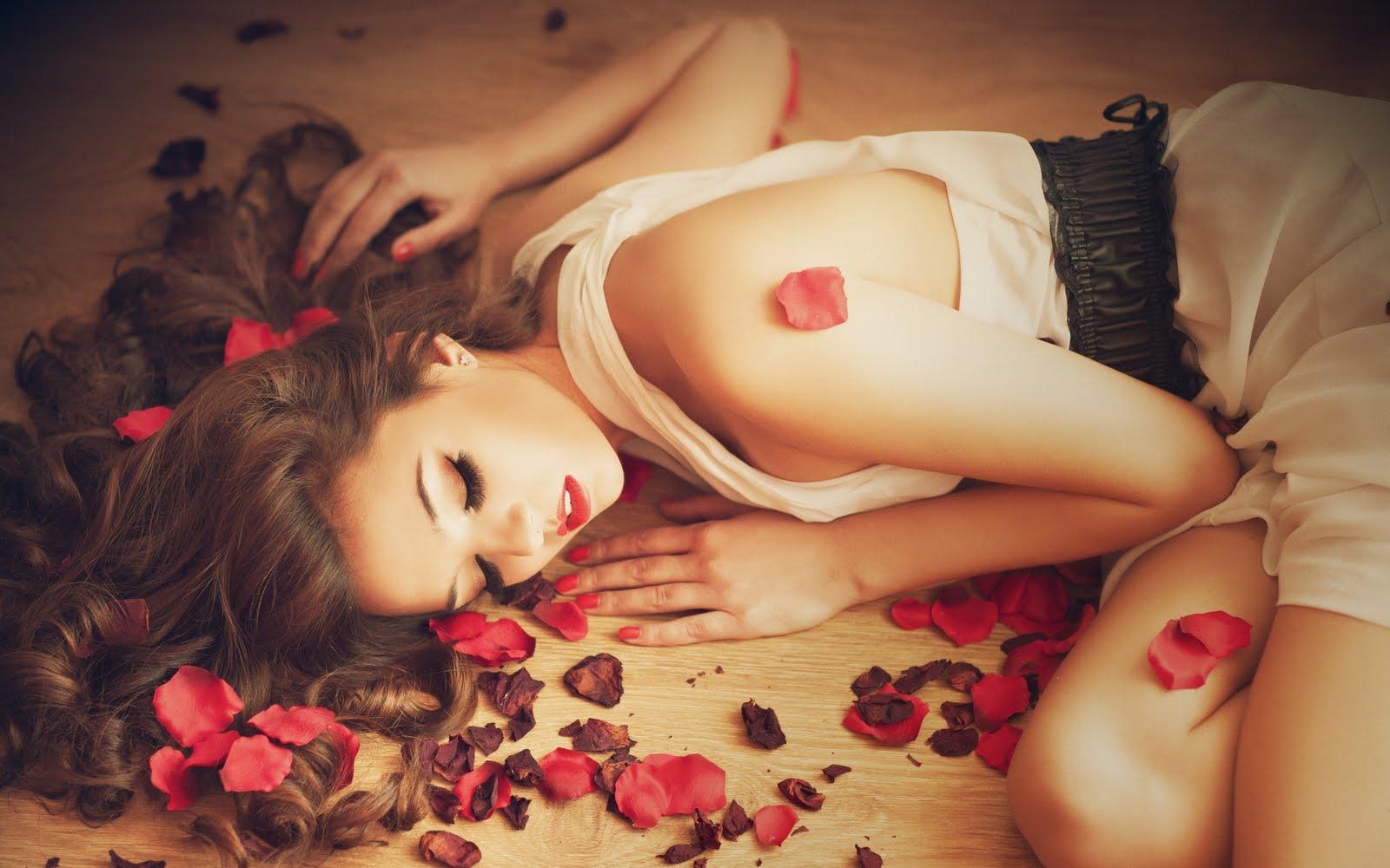 beautiful-girl-rose-petals-hd-wallpaper-lovewallpapers4u-blogspot-com_